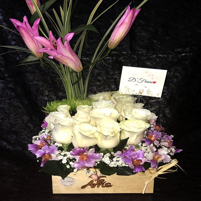 Arreglo Floral Con Rosas Blancas Y Orquídeas