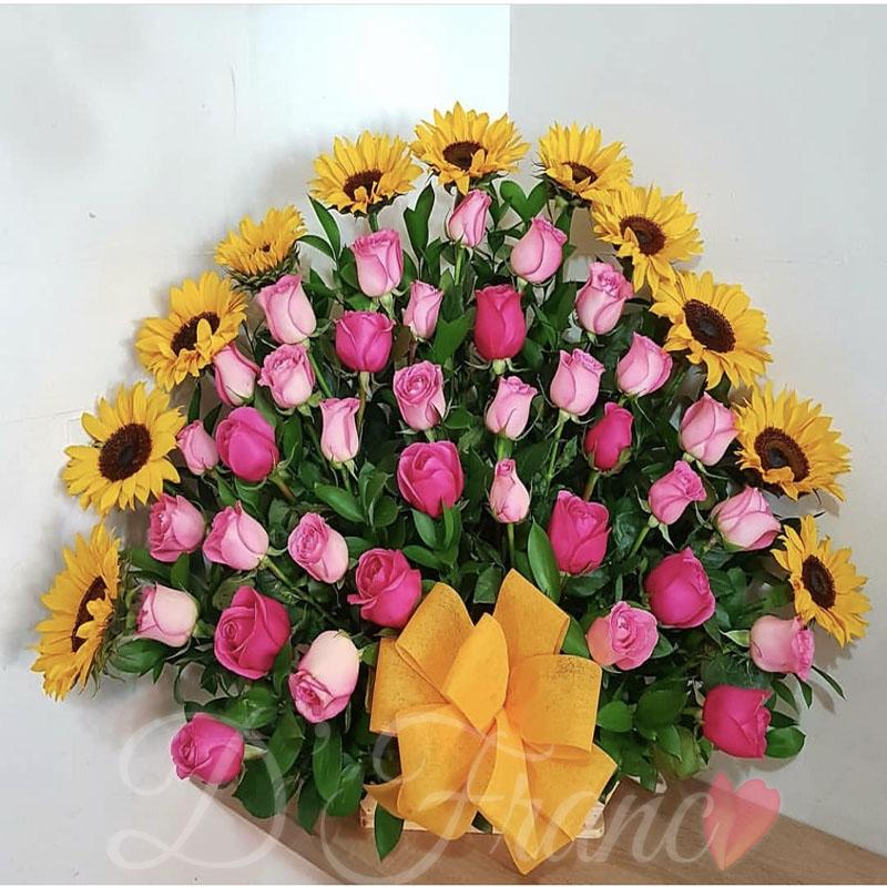 Arreglo Floral Con Rosas Rosadas Y Girasoles