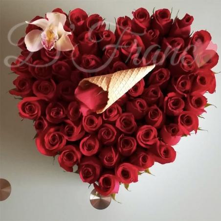 Corazón de Rosas Rojas con Orquídea